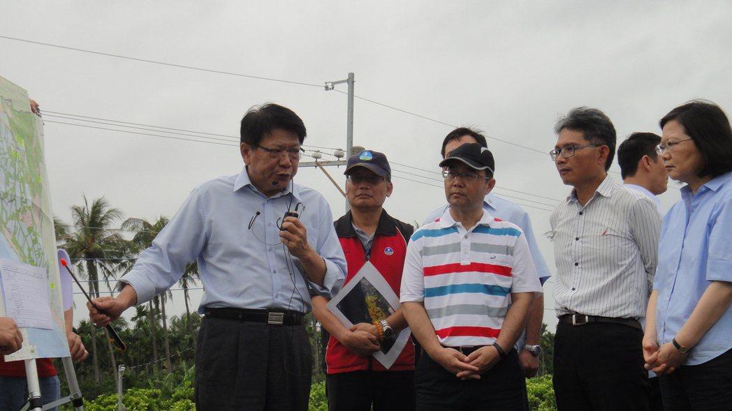 總統蔡英文(右1)今天下午4點先前往林邊鄉,縣長潘孟安(左1)也上前報告林邊當地...