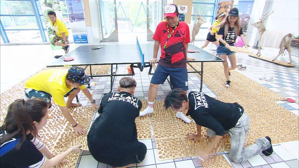 來賓鋪健康步道地板讓憲哥(紅衣者)無處可逃。圖/中視提供