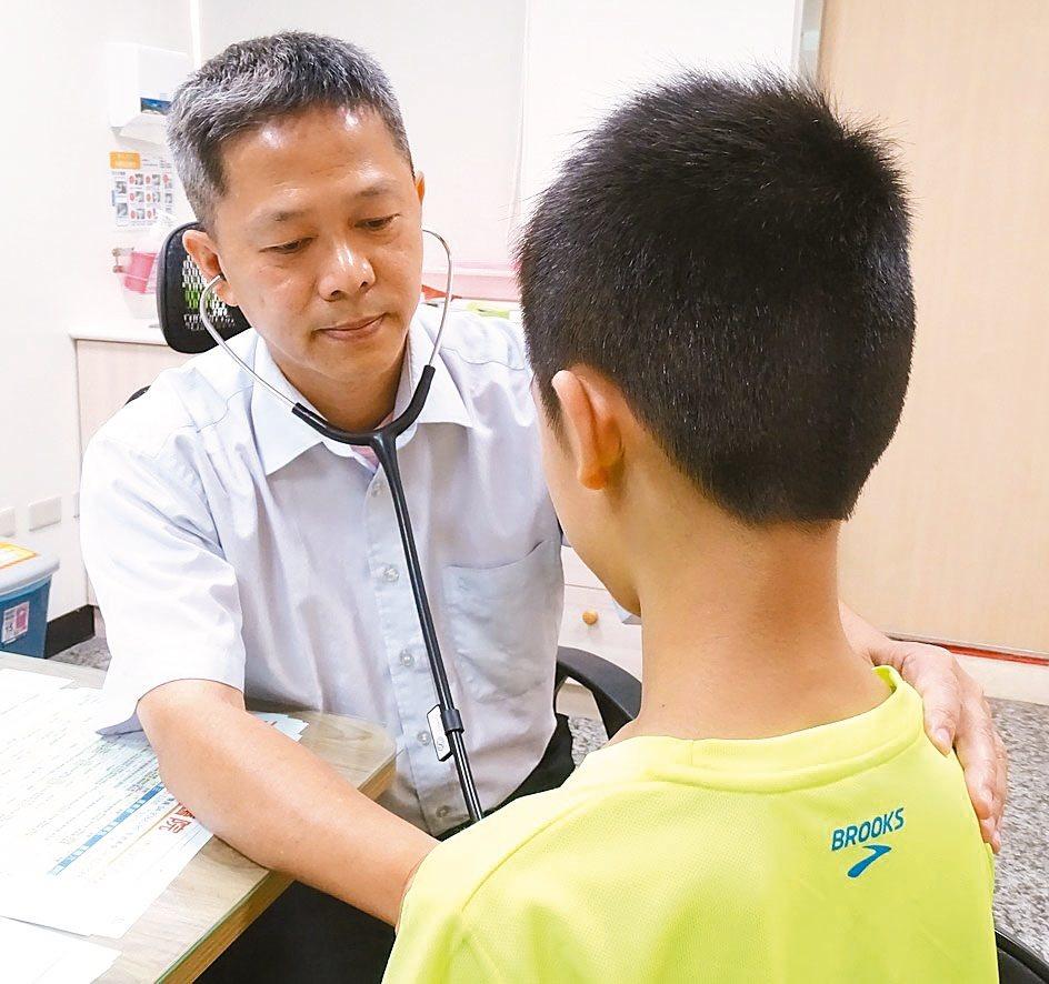 員生醫院小兒科醫師王凱立(左)為幼童患者進行聽診。 記者何炯榮/攝影