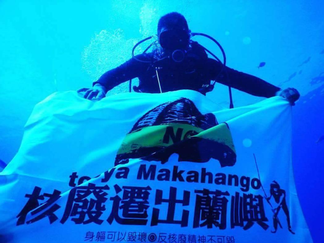 蘭嶼青年行動聯盟發起「核廢遷出蘭嶼」全島豎旗行動,有鄉民購得旗幟後,特別先下潛海...