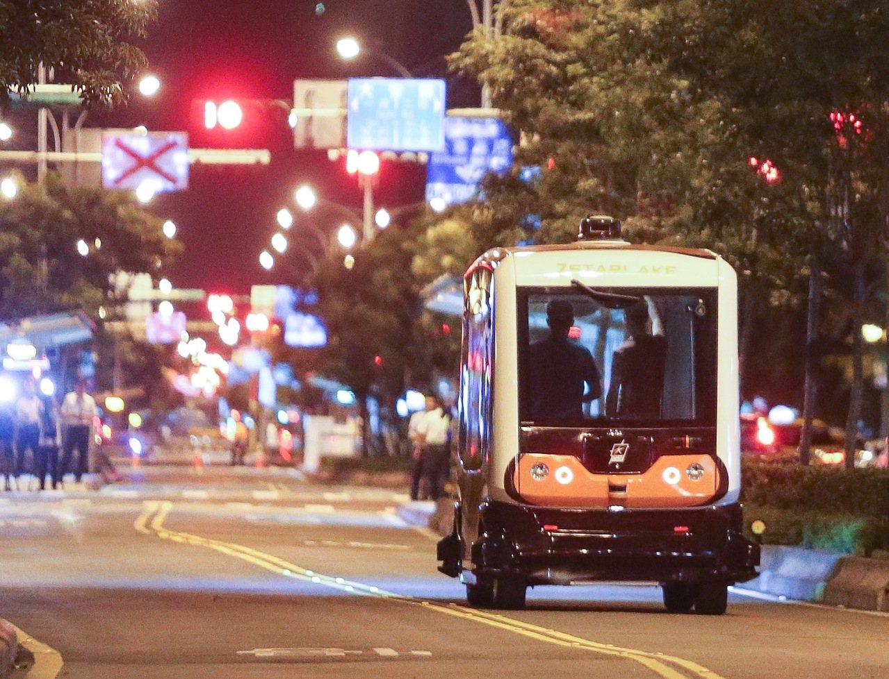無人駕駛巴士自今天凌晨1時至4時於信義路公車專用道進行五天實驗測試。記者黃威彬/...