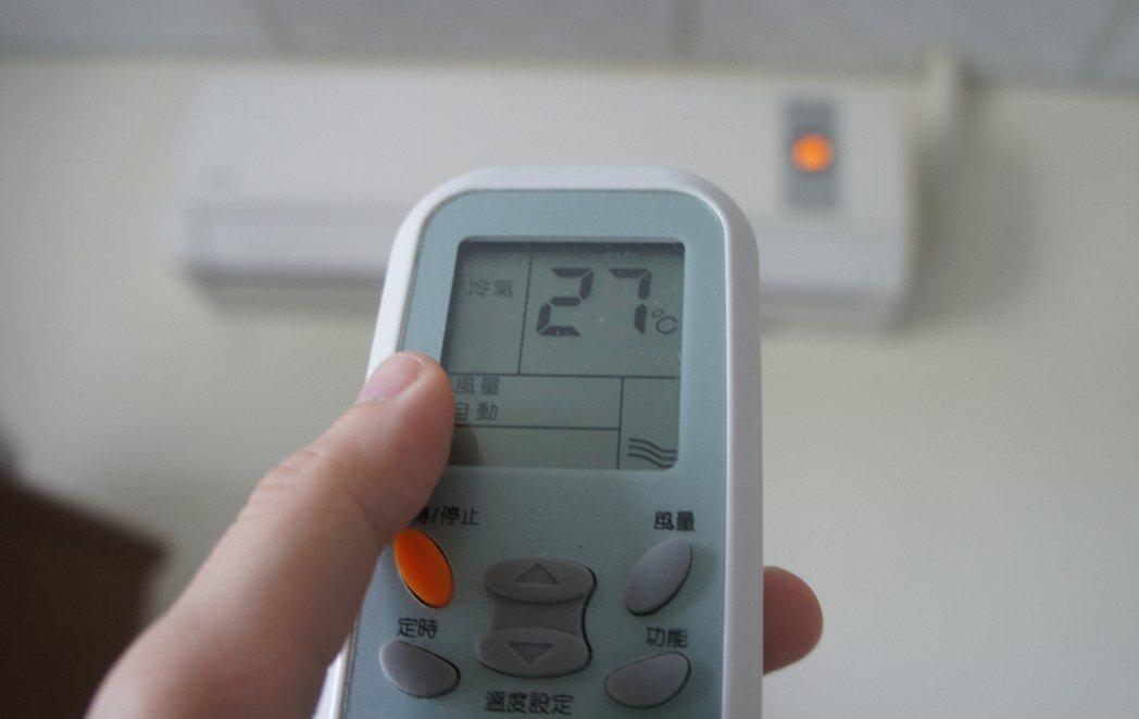 躲在冷氣房舒服之餘,也恐「冷氣病」襲身。 聯合報系資料照片/記者李京昇攝影