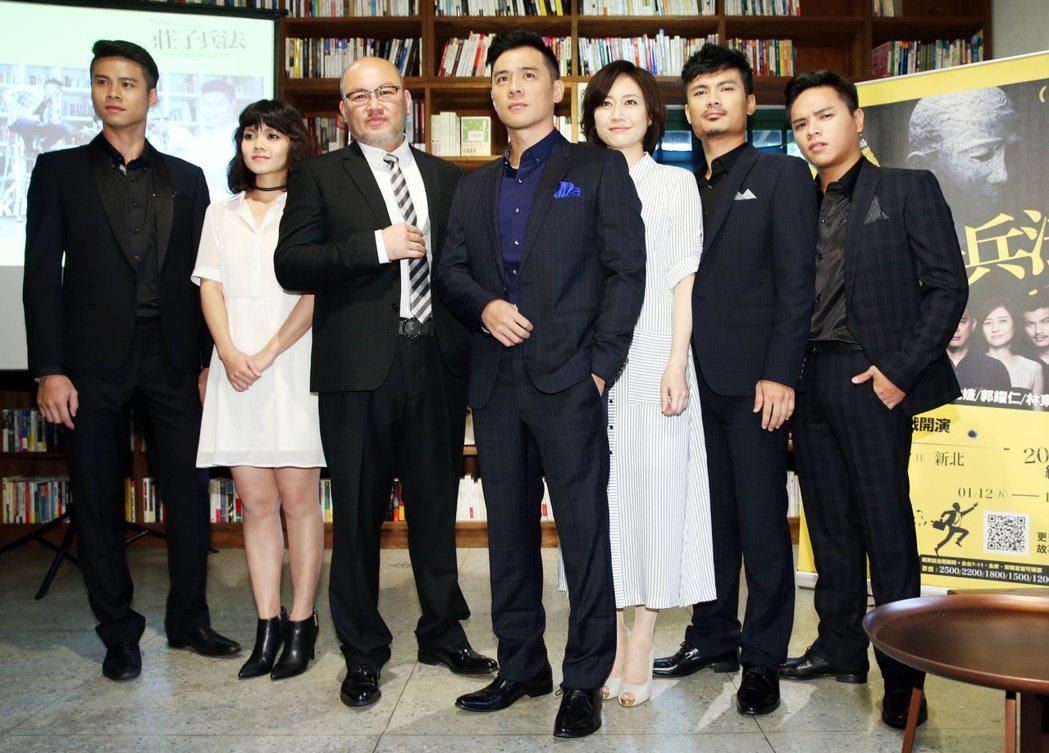 吳定謙(左起)、李邵婕、劉亮佐、竇智孔、劉珊珊、郭耀仁、林東緒等演員出席《莊子兵