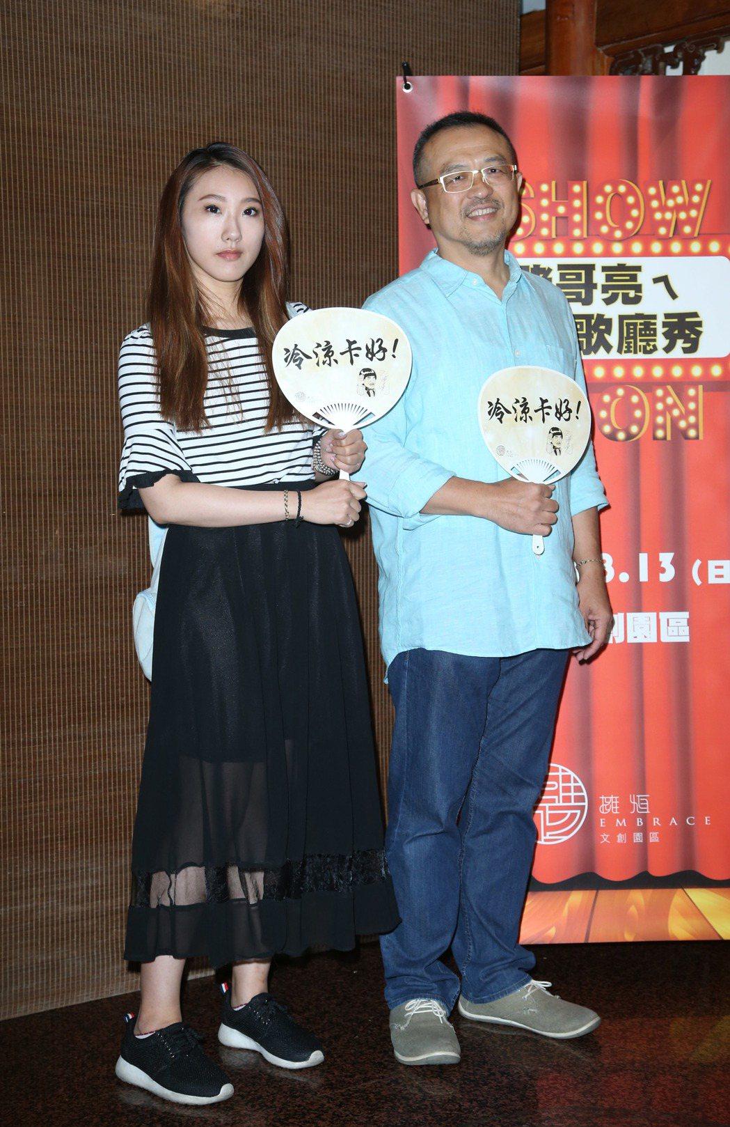 謝順福(右)與謝金晶兄妹說明豬哥亮追思音樂會事宜。記者陳瑞源/攝影