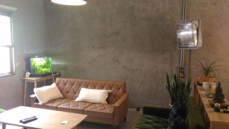舊有牆面採用『樂土灰泥』,完成薄抹輕鍍微滑微亮、自然天成仿石紋理、清淨雅緻簡約風...