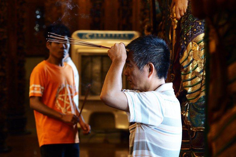 不論是佛教、道教或是民間信仰,在祭祀禮儀中都十分重視燃香。 攝影/許伯崧