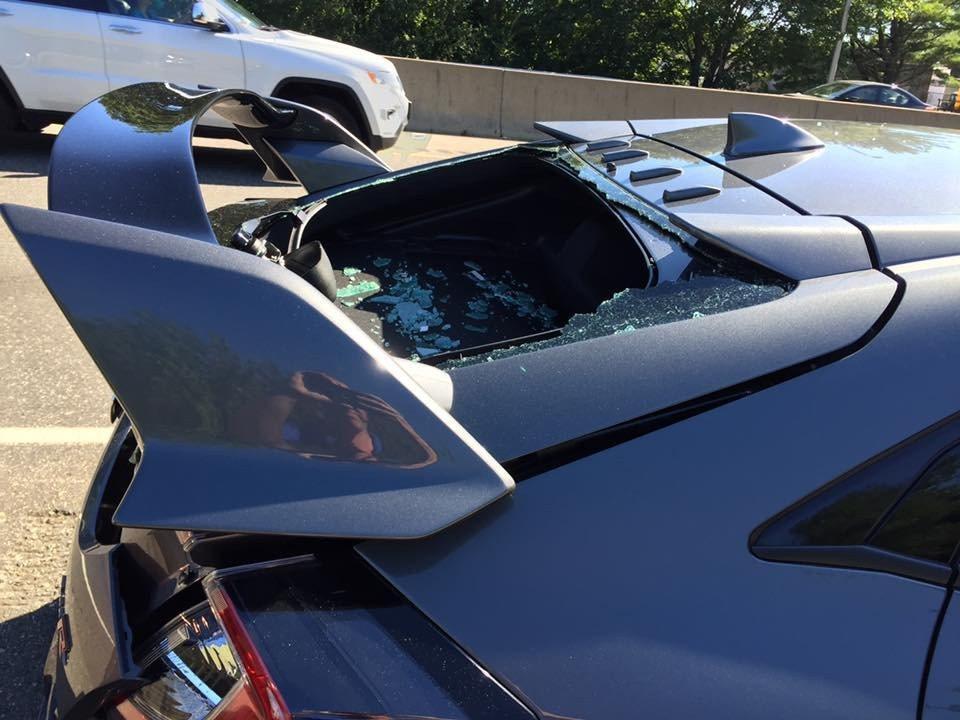 後擋風玻璃也因撞擊的關係全破。 摘自 Facebook