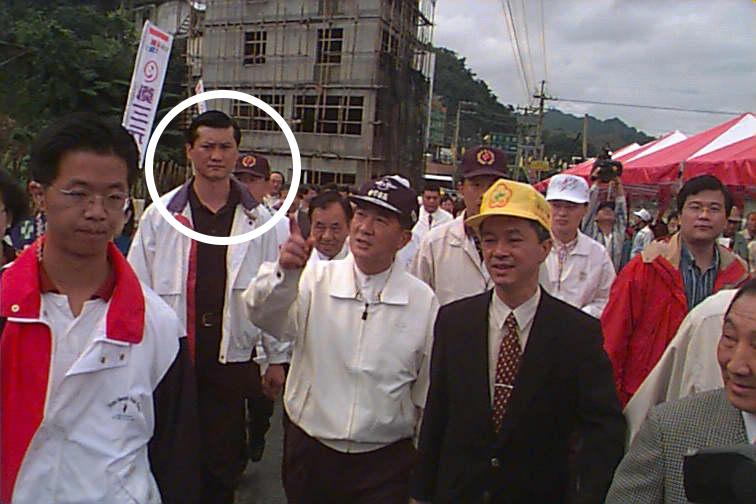 圖為1998年時任台灣省長的宋楚瑜到坪林鄉茶葉博物館,白圈處人物為宋的隨扈賈聖行...