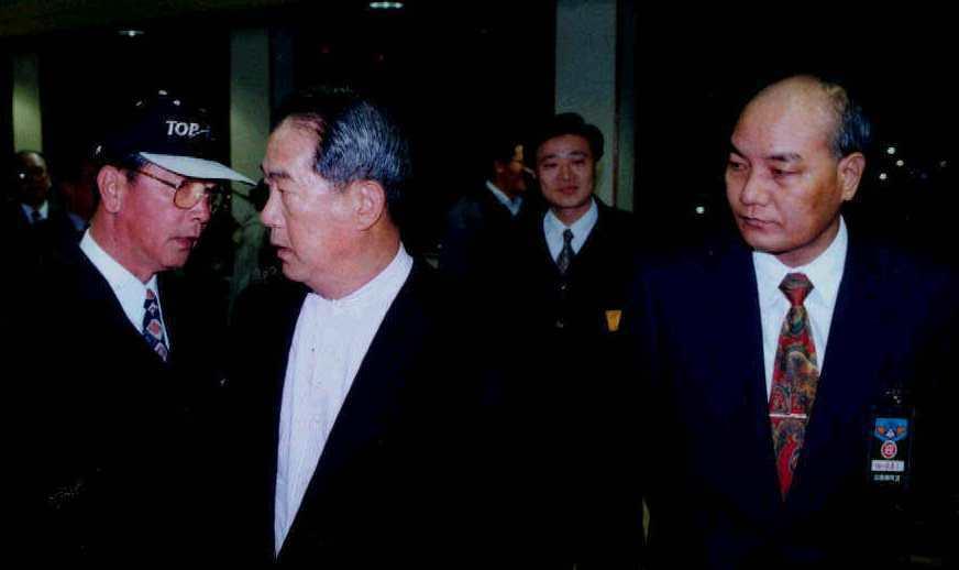 1998年時任台灣省長的宋楚瑜(左二)返國通過中正機場入境長廊,省經研會主委夏龍...