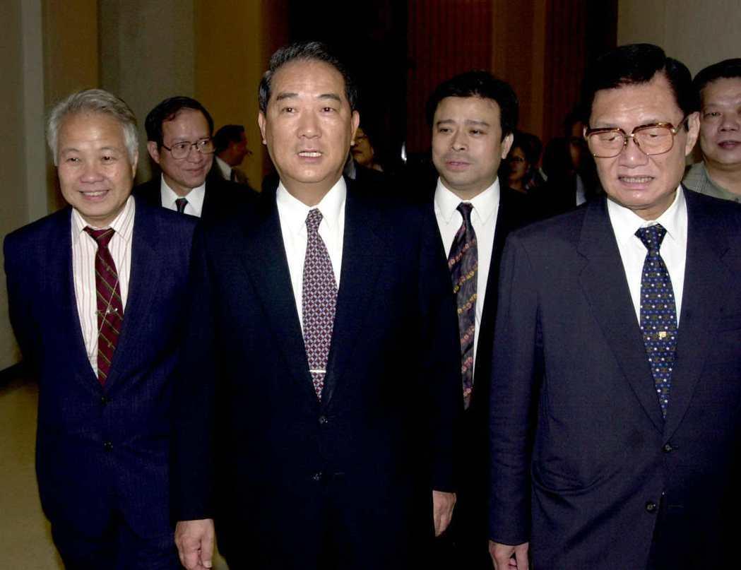 2000年時親民黨主席宋楚瑜(中)結束泰國訪問行程返國,親民黨副主席張昭雄(左)...