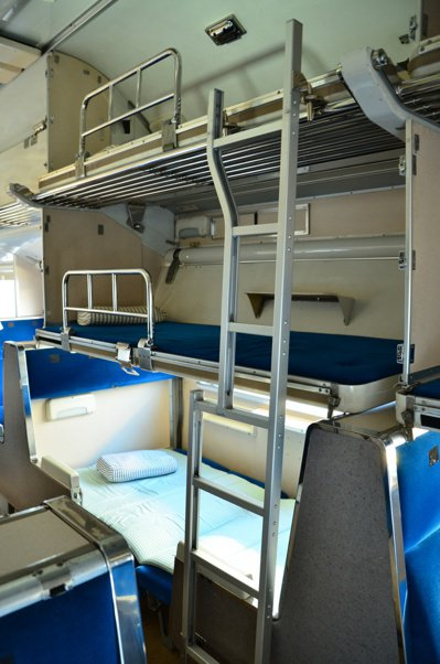 583系是全世界第一款臥鋪電車,白天可當一般列車使用,晚上則可以把座椅變成臥舖,...