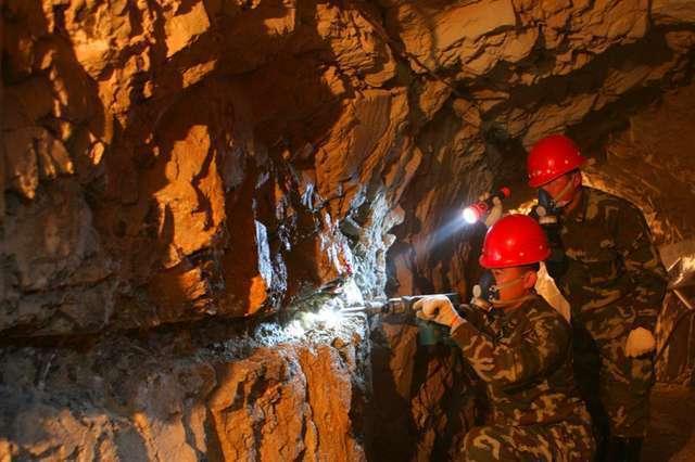 大陸黃金部隊官兵在山洞中採集礦石樣本。 圖/取自搜狐網