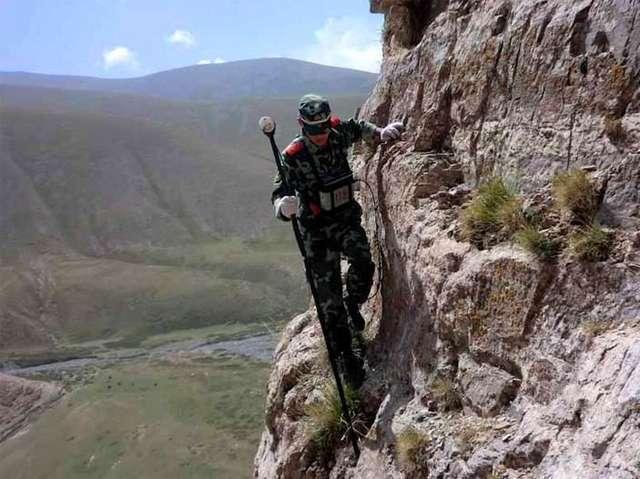 在懸崖峭壁上實施作業的尋金阿兵哥。 圖/取自搜狐網