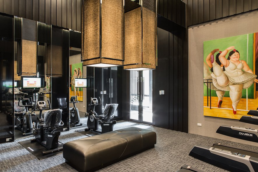 (圖)匠意設計作品《品東方》的大廳公設依據空間的使用機能做安排,像是擺有原木大桌...