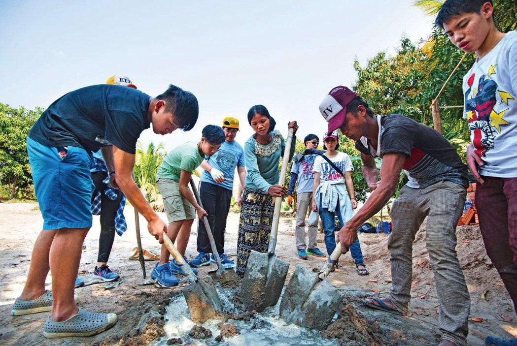 有愈來愈多年輕人赴海外當志工,幫助弱勢、體驗吃苦。