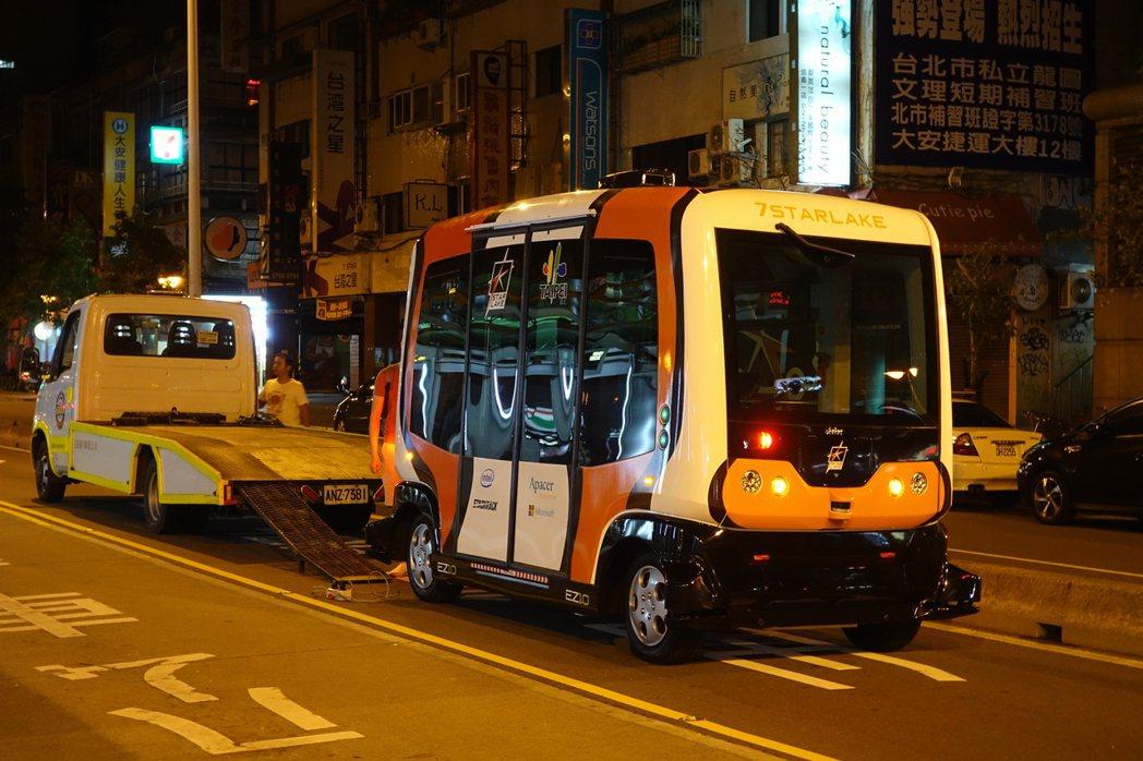 台北市第一輛AI系統無人駕駛巴士,今天凌晨1時在信義路雙向公車專用道敦化南路口至...