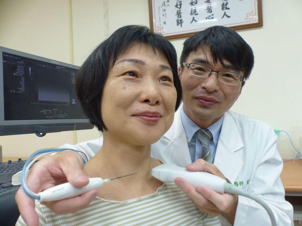 醫師鄭凱倫(右)以女病患(左)示範燒灼手術,是在超音波導引下,以針穿刺結節內燒灼...