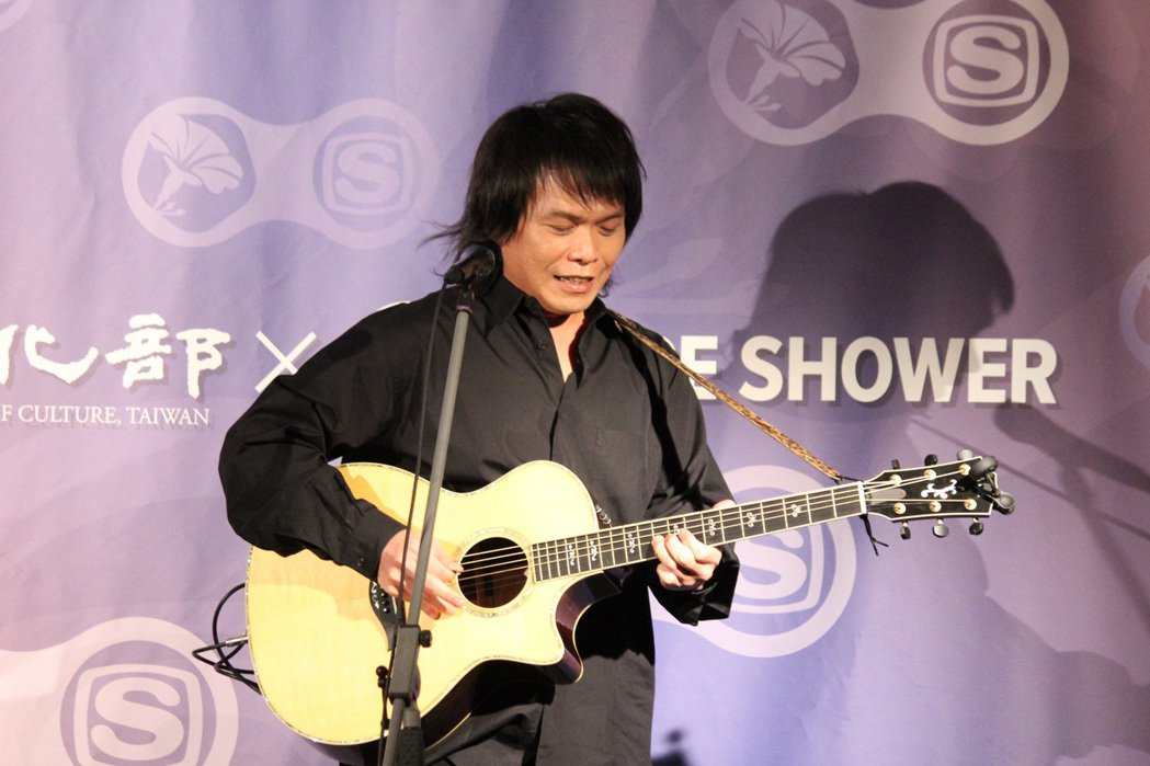 伍佰赴東京參加金曲論壇,難得無樂隊自彈自唱。圖/環球提供