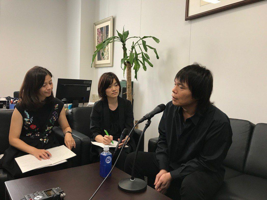 伍佰赴東京參加金曲論壇,接受日媒訪問。圖/環球提供