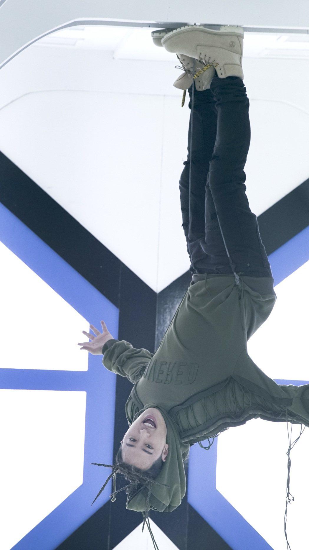 潘瑋柏在新歌MV中倒吊著鋼絲走路。圖/華納音樂提供