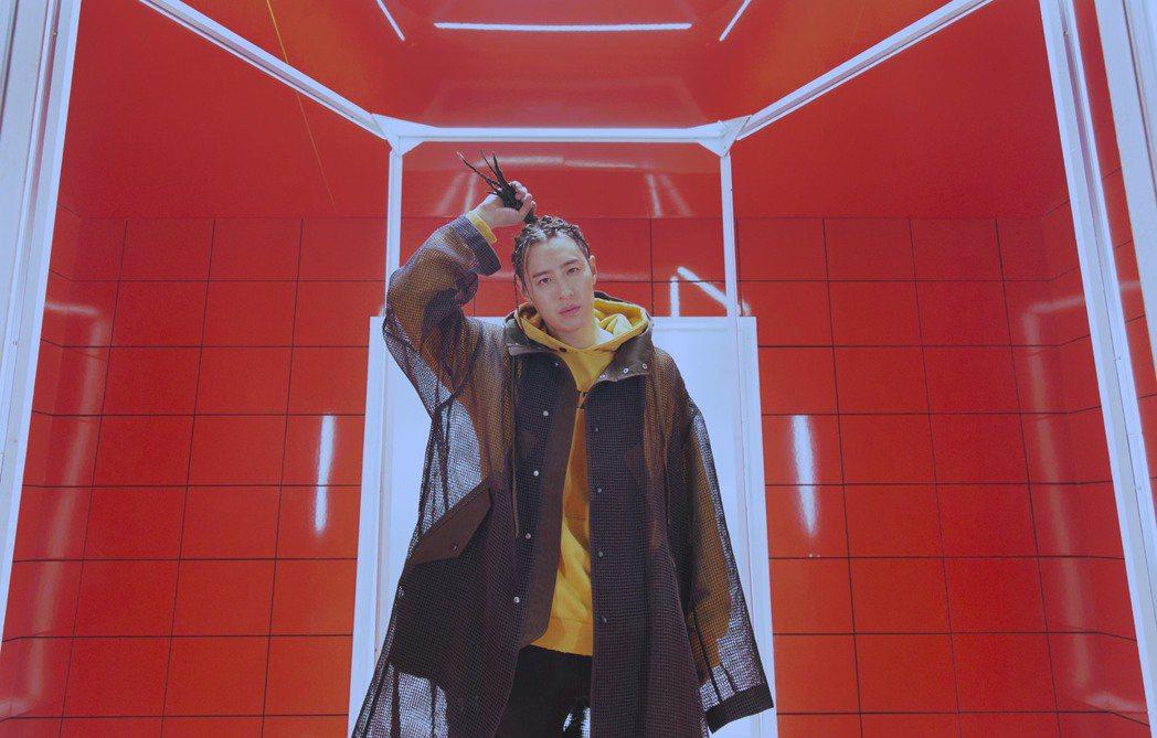 潘瑋柏在新歌MV中化身外星人。圖/華納音樂提供
