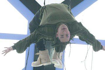潘瑋柏在第二波主打「第三類接觸」MV中,模擬無重力空間漂浮,還必須倒吊著鋼絲走路,一度因為力道沒控制好,升空速度超乎預期,差點又重演2014年的「撞頭意外」,虛驚一場。拍攝前,潘瑋柏先展開一星期集訓...