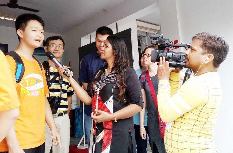 新竹市光華國中學生曾軍愷獲得個人賽銀牌、隊際賽季軍、團體賽季軍,吸引國際媒體與當...