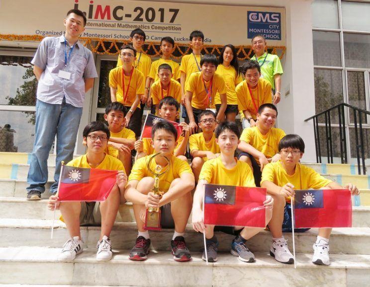 新竹光華國中學生參加2017年國際數學競賽,彭凱揚(前左1)、曾軍愷(前左2)獲...