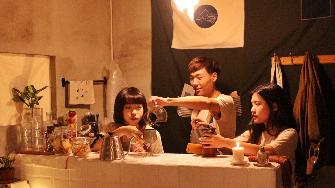 由3名大一菜鳥陳玟蒨(左起)、王昱惟和蔡瑋倫共同打造的咖啡廳,受到蘑菇設計欣賞,...