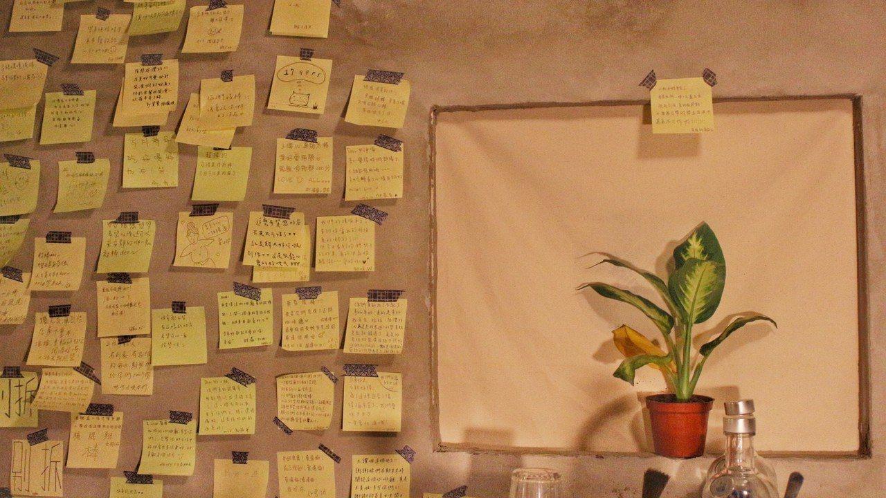 咖啡廳設有流言牆。圖/陌憩w.cafe提供