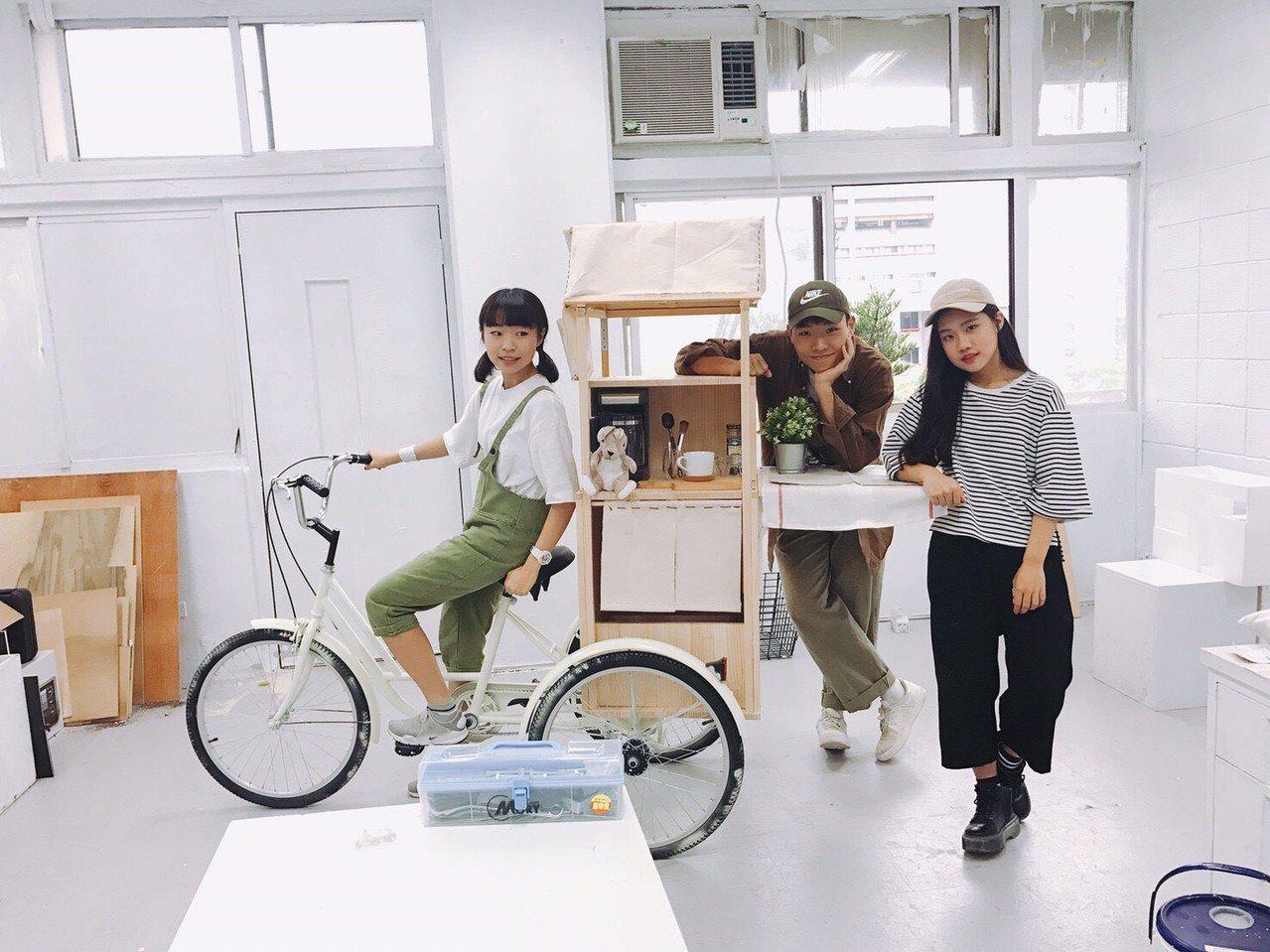 元智大學藝術與設計系大一生陳玟蒨(左起)、王昱惟和蔡瑋倫共同打造專屬咖啡廳。圖/...