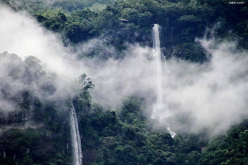 阿里山達娜伊谷雨後瀑布群加上雲霧,有如電影阿凡達場景。圖/莊信然提供