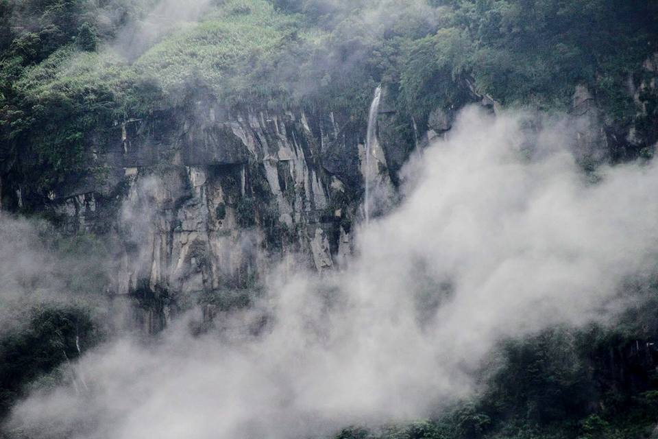 達娜伊谷瀑布群源自里佳的大石壁。圖/莊信然提供