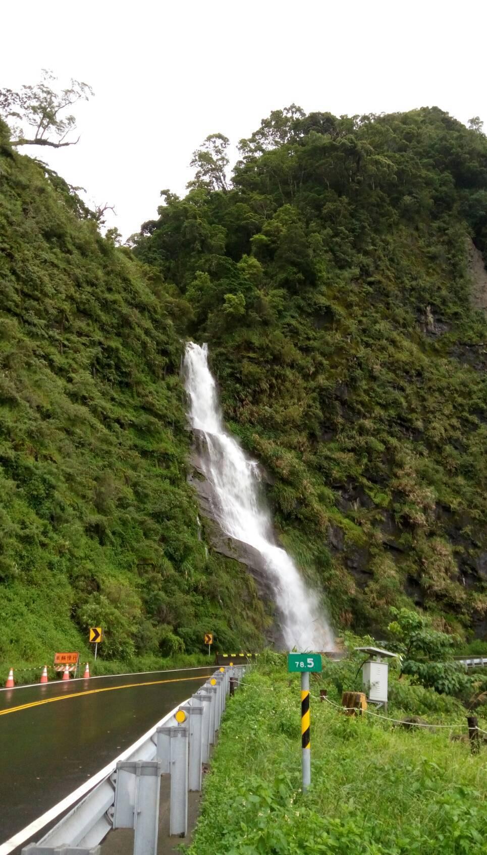 阿里山公路78.5公里處雨季時的壯觀瀑布。圖/讀者提供