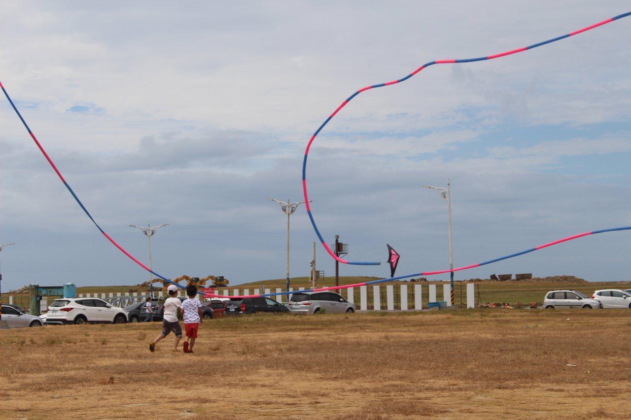 民眾在南寮舊港放風箏。記者張雅婷/攝影