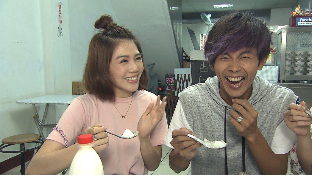 楊晨熙(左)的破台語讓阿翔笑翻天。圖/TVBS提供