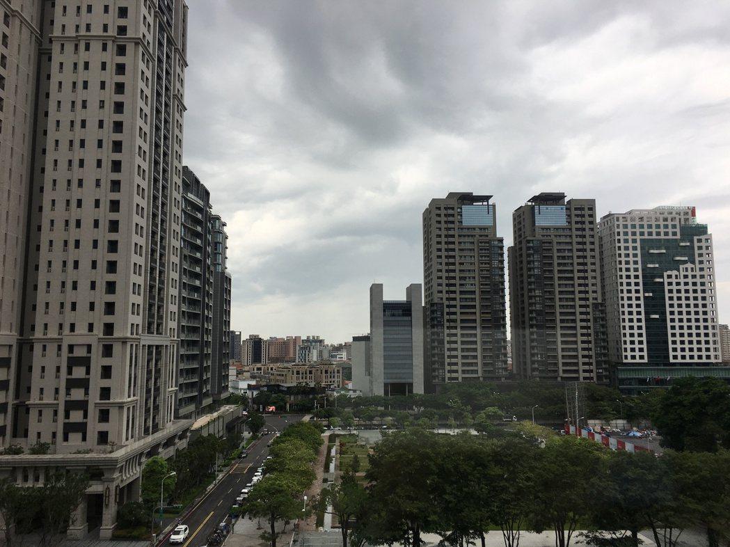 台中市過去5年來贈與稅都超收,至106年6月底止實收贈與稅為6億2877萬100...