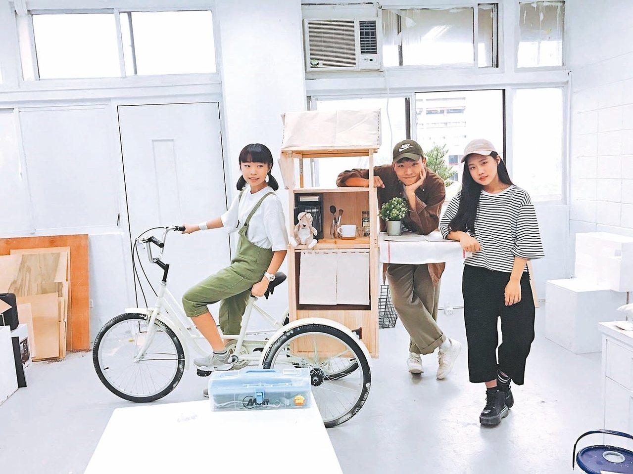 元智大學藝術與設計系大一生陳玟蒨(左起)、王昱惟和蔡瑋倫共同打造咖啡廳,設計受到...