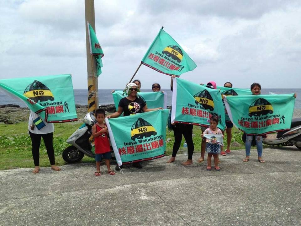 蘭嶼鄉青年昨天發起反核豎旗行動,環島於重要路段、景點及部分家戶門前,掛上反核旗幟...