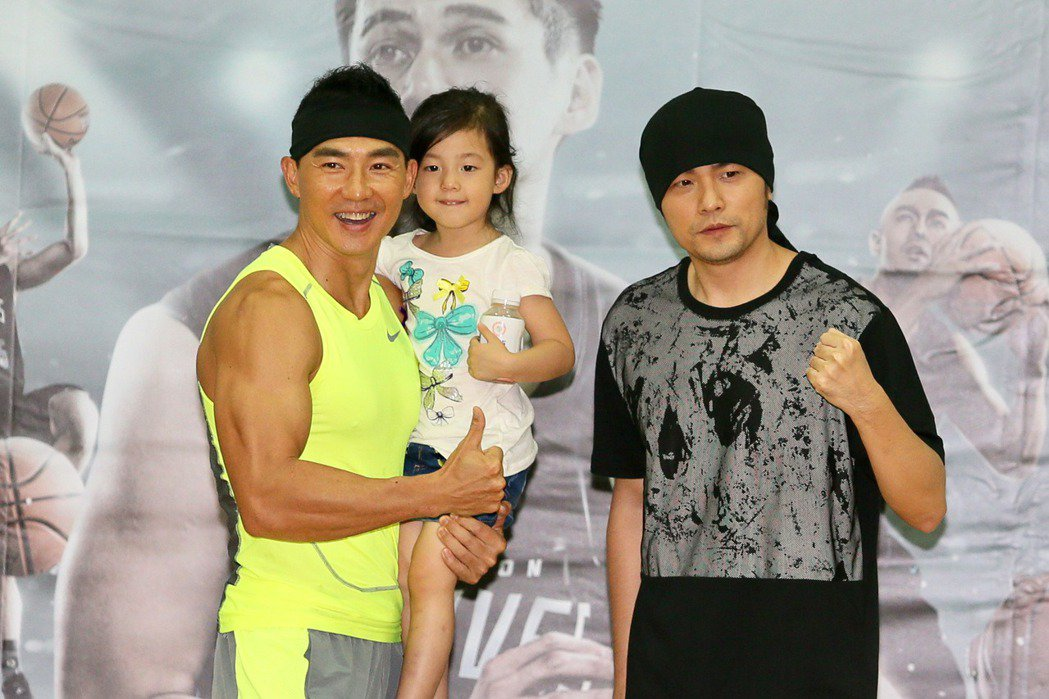 亞洲天王富邦慈善基金會邀請藝人周杰倫(右)和劉畊宏(左)在百忙中抽空,與富邦勇士