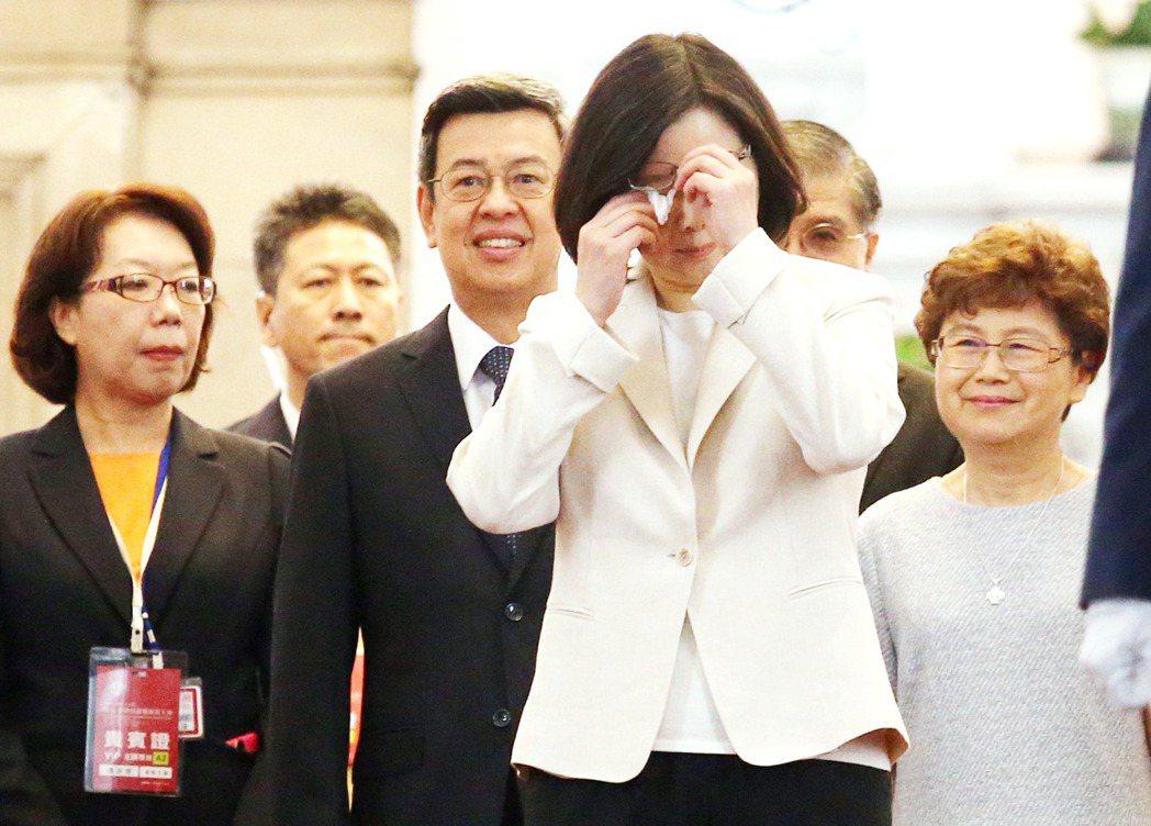 2016年總統蔡英文在就職典禮演說前,擦汗整理儀容。 本報資料照片