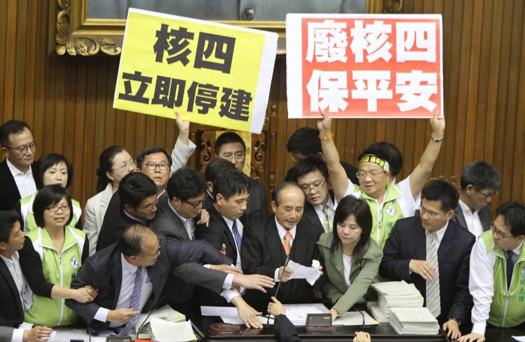 2013年立法院院會處理停建核四公投案,國民黨團以優勢人數表決,混亂中通過將公投...