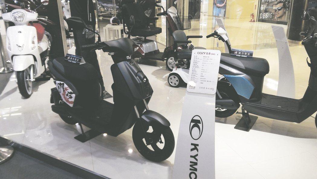 光陽「COZY電動自行車」具時尚科技風外觀,廣受年輕學子喜愛。 莊智強/攝影