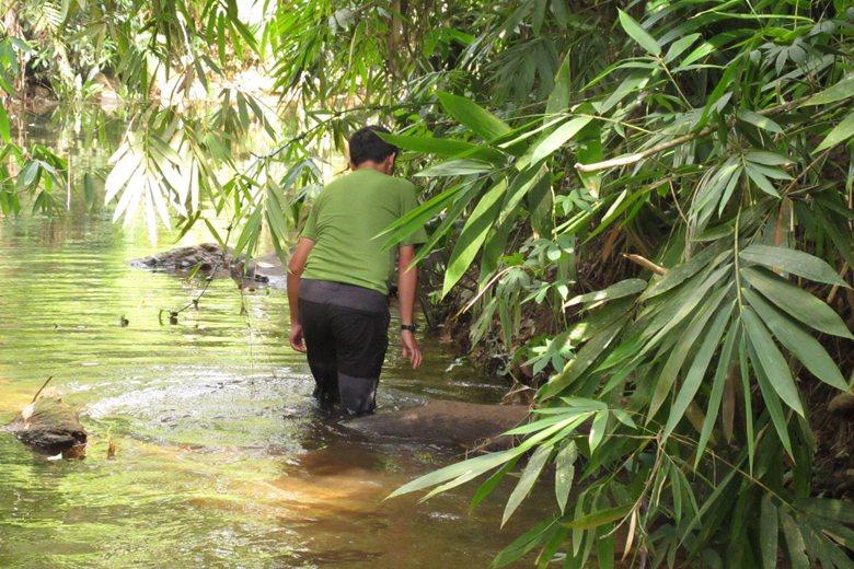 年紀輕輕就要尋短見嗎?事實上他正在進行水生生物採集。 攝影/郭睿軒攝