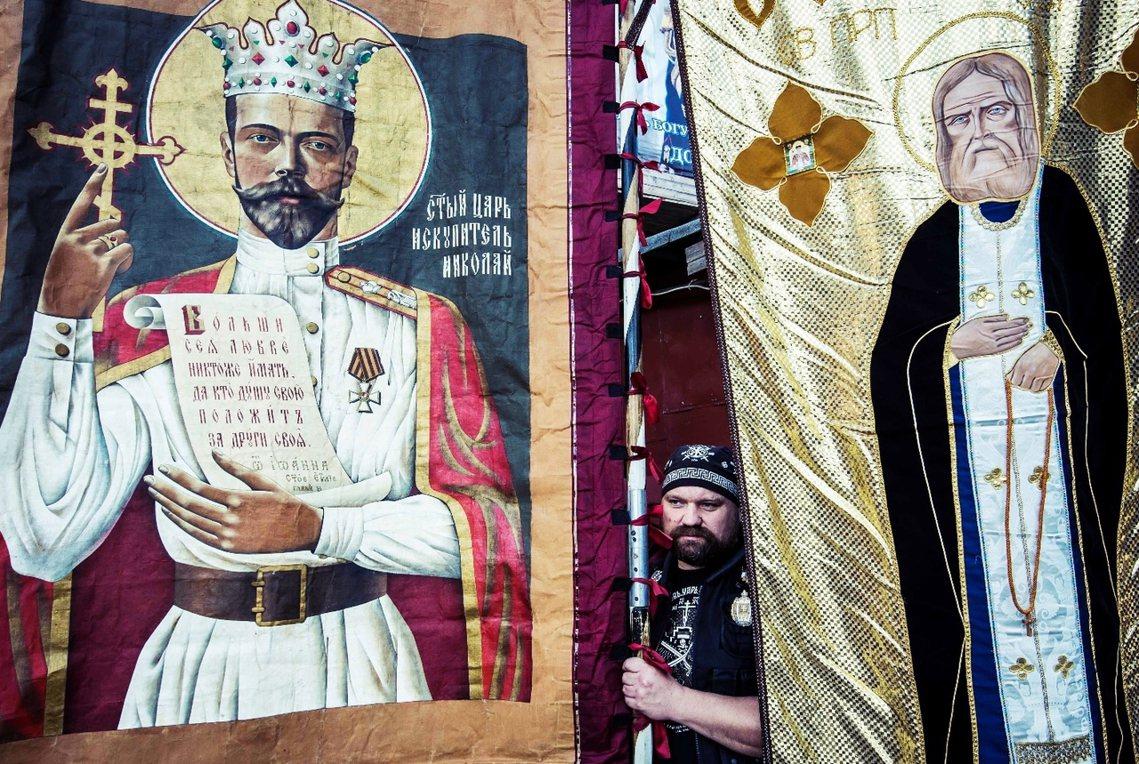 8月1日的莫斯科,一批高舉沙皇聖像的東正教徒,高聲抗議電影《馬蒂爾達》的上映預告...