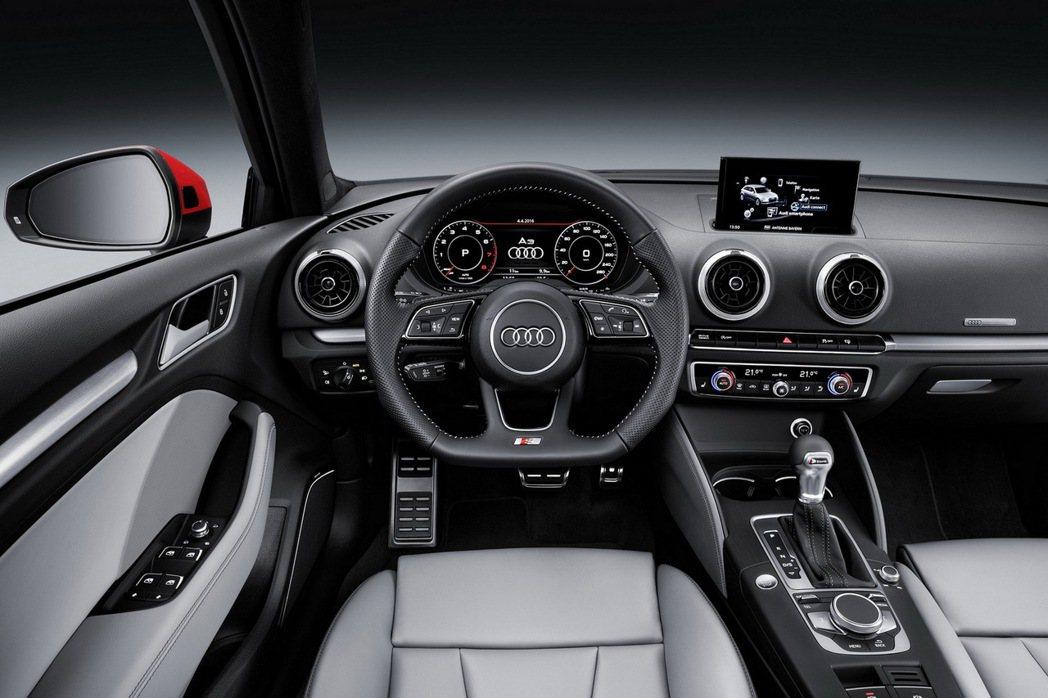 全新Audi A3十足運動化風格揉合強烈科技氛圍的座艙,透過全新設計附換檔撥片的...