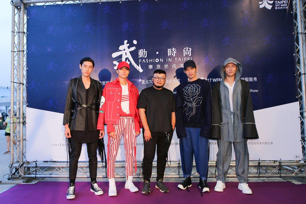 台北好時尚金獎得主-簡國彥與展演者合影。 北市府/提供