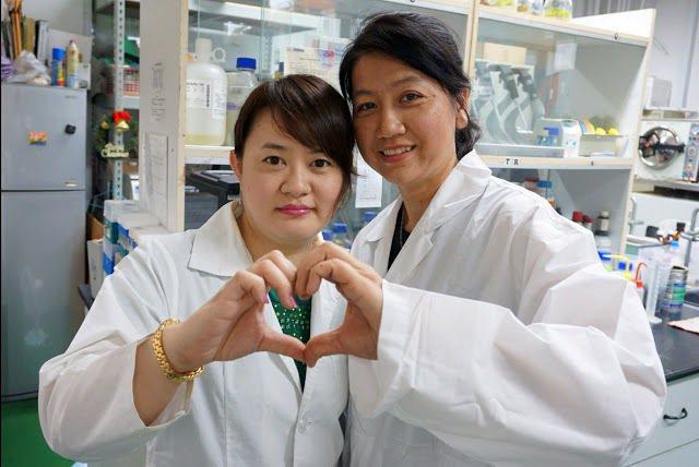瑩芳公司品管經理林淑靜(右)到大葉大學進修,跟隨藥保系主任張淑微(左)做實驗 大...