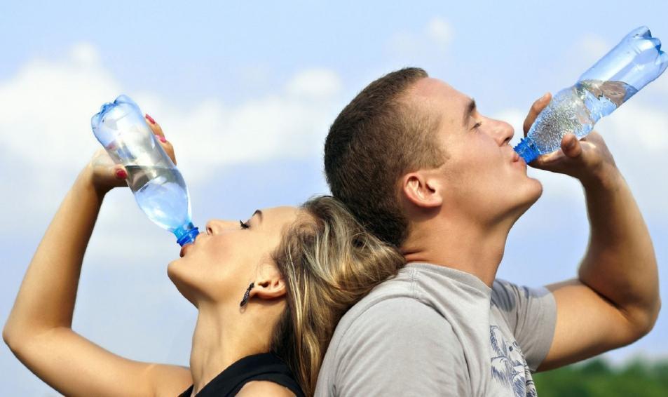 炎炎夏日,最適合來杯清涼解渴飲料,市售無糖、零熱量的「鹼性水」越來越受歡迎。 圖...