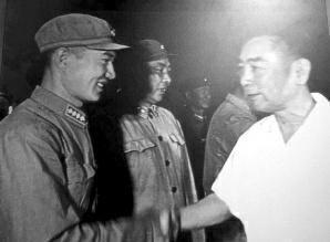 當年的總理周恩來(右)接見空爆機組人員。 圖/摘自華商報